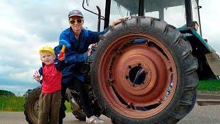 Трактор сломался Колесо отвалилось. Малыш Помогает Починить Сломанный Трактор