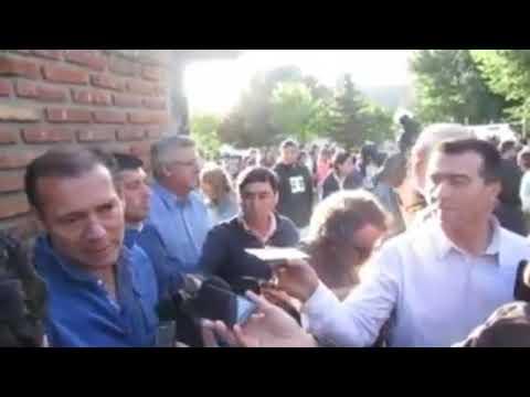 Polémico gesto del intendente Carlos Corazini durante una conferencia de prensa
