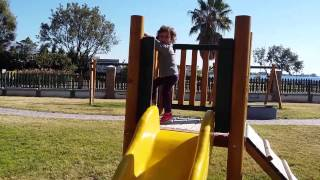 Вот такой ноябрь в Греции! А у вас какой ноябрь? Гуляем в парке Алиму возле моря.(Греция балует нас погодой и мы пользуясь случаем гуляем в любимом парке и на пляже. Видео для детей, отдых..., 2015-11-06T16:08:09.000Z)