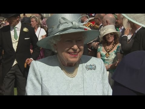 Cheerful Queen hosts garden party at Buckingham Palace
