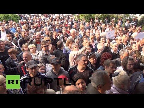 Hundreds elbow their way to polls as E. Ukraine votes in referendum