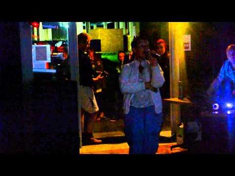 laura au karaoke du camping de frevent