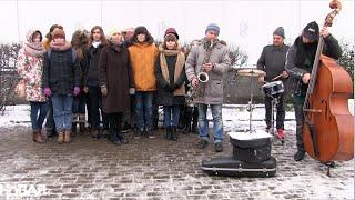 Москва - Парижу: песни на французском около посольства Франции