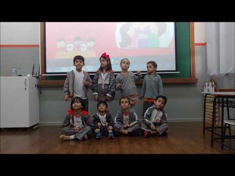 Colours Intra School presta homenagem às mães com uma apresentação em inglês.