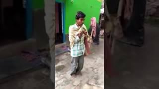 Uomo canta e balla in indiano