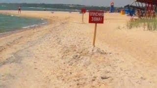 Воронка у берега утаскивает людей на дно(В районе Мариуполя, во время купания в море трагически погибли два человека. Внезапно, в пяти метрах от бере..., 2013-07-25T21:13:09.000Z)