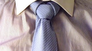 Repeat youtube video Krawatte binden: Merowinger Knoten tie a tie:  Merowinger knot