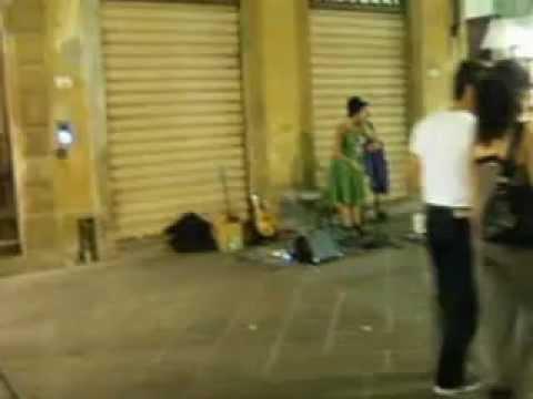 Volterra. Cantante di strada.