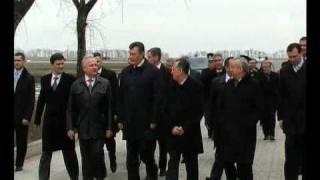 Януковича встречают в аэропорту Донецка(Виктор Янукович прилетел 16 апреля 2011 с визитом в Енакиево. Подробнее здесь: http://sobytijno.livejournal.com/2058.html., 2011-04-16T19:00:47.000Z)
