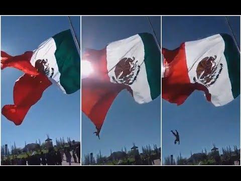 El Gallo Por La Mañana - Soldado Se Enreda En La Bandera Y Cae.