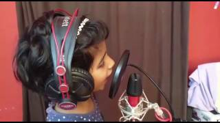 Amie Singing Aayil Thudangum en Bhasha