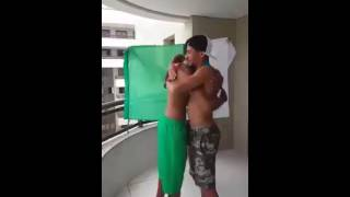 شاهد توفيق مخلوفي يهدي ميداليته الفضية الثانية للبطل العربي بورعدة ♥