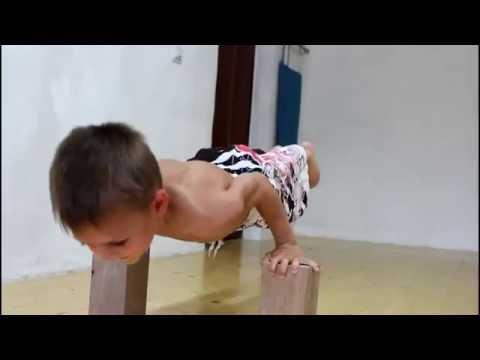 Cмотреть смешные дети видео. 5-летний спортсмен