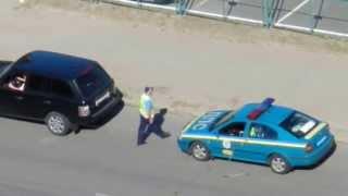 Патрульный ГАИ в Луганске берет взятку
