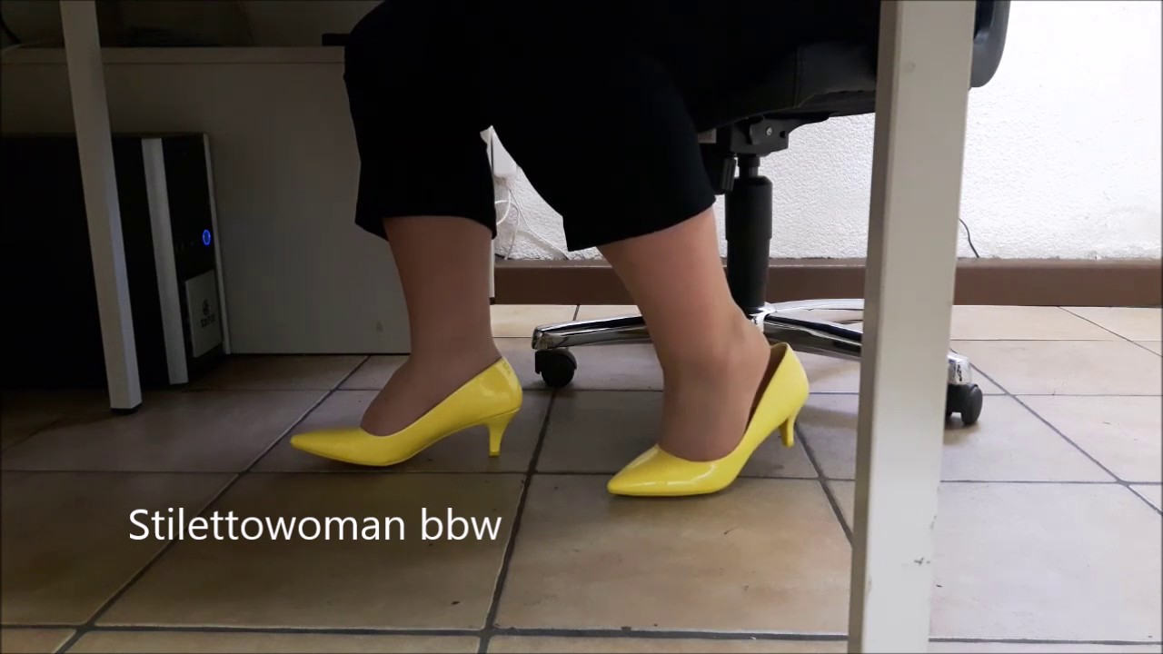 Shoeplay under desk, Stilettowoman bbw