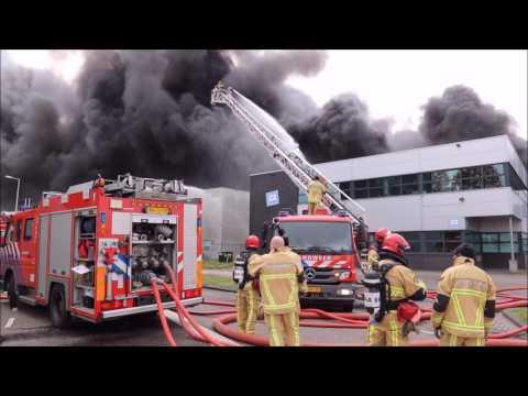 Zeer grote brand in bedrijvencomplex in havengebied in Amsterdam.