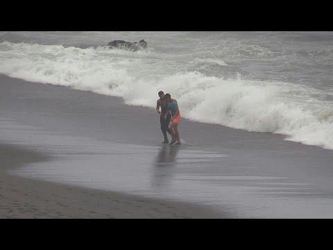 شاهد: مئة مهاجر يصلون سبتة الإسبانية سباحة من شمال المغرب…