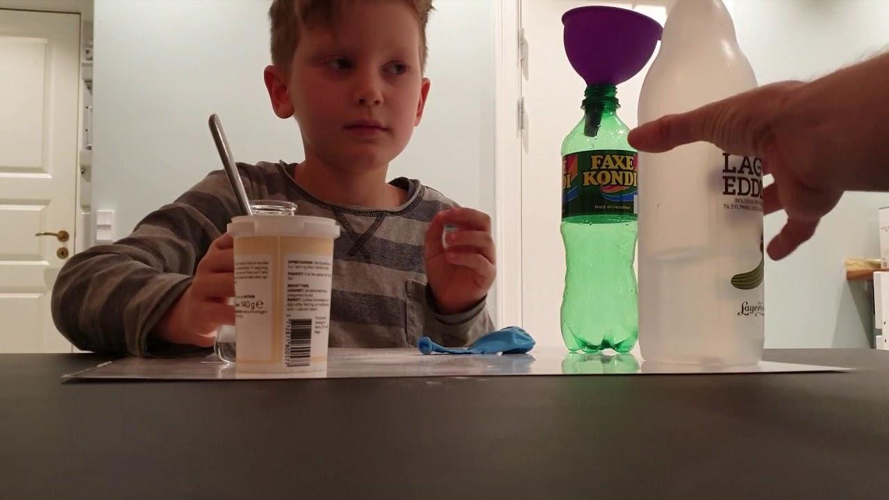 Corona karantæne. Julius laver hjemme-eksperimenter for børn.