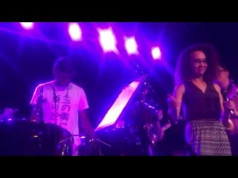 Alex McArthur sings tribute to Prince