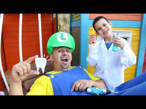 LUCAS FINGE SER DENTISTA E ACHA CÁRIE NO PAPAI - Kids Pretend Play Dentist With Toys