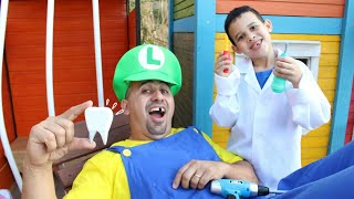 LUCAS FINGE SER DENTISTA E ACHA CÁRIE NO PAPAI - Kids Pretend Play Dentist With Toys