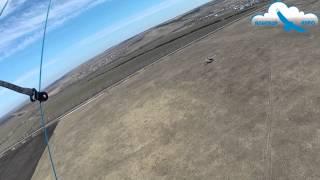 Самолет пролетает рядом с парапланом