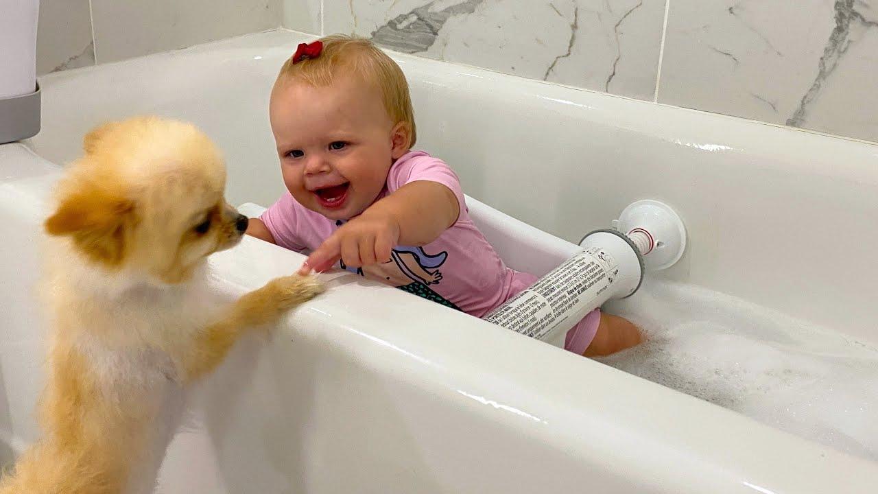 Наоми купается в ванной