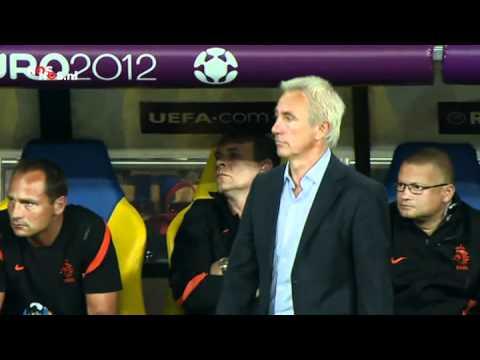 Bert van Marwijk tijdens Portugal