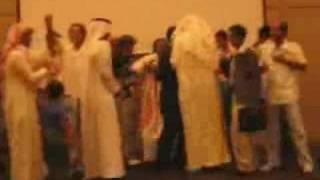 احد الطلبه السعوديين يشارك زملائه في إنشاد السلام الملكي وع