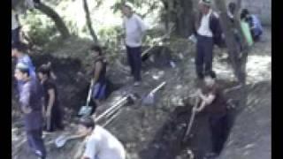 Узбеки роют могилы для тех, чьи тела нашли-2