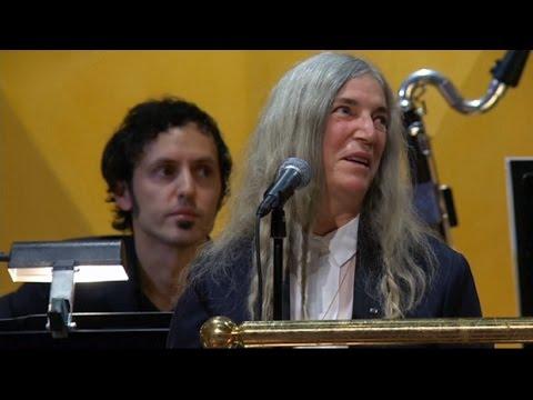 Patti Smith stumbles midway through Nobel Prize performance