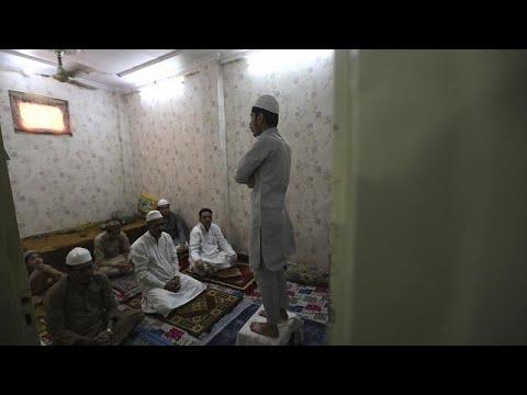 شاهد:المسلمون في الهند وبنغلاديش يحيون عيد الفطر وفق إجراءات مشددة…