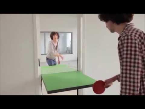 Come passare il tempo in queste lunghe giornate in casa di Coronavirus? Trasformate la vostra porta in un tavolo da Ping-Pong e divertitevi a giocare!