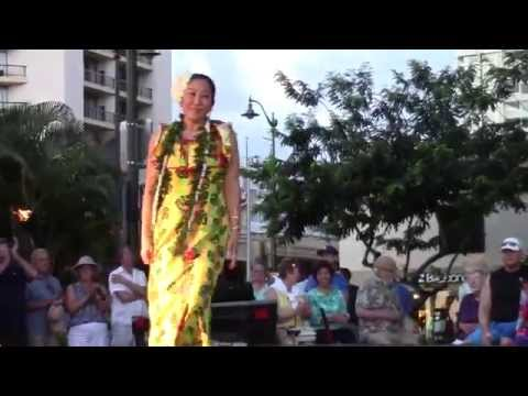 beautiful-sunset-at-kuhio-beach-hula-dancing-show,-hawaii