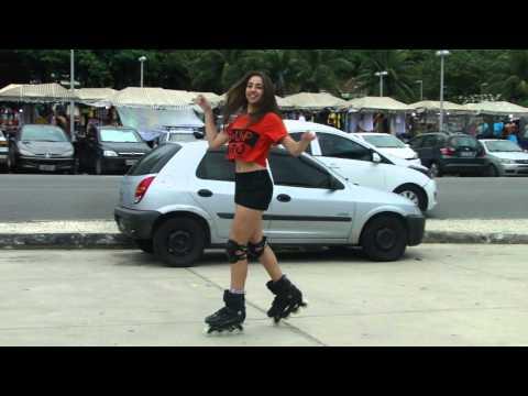 Julia Klein dançando no patins Anitta (Música de Amor)
