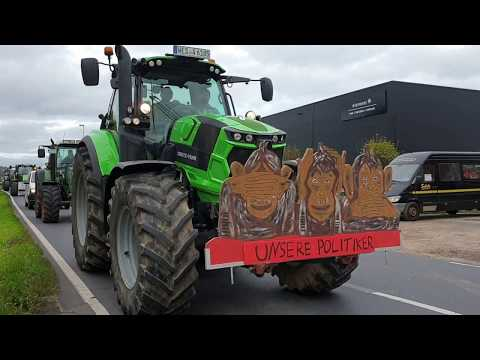 Traktor-Walze rollt durch