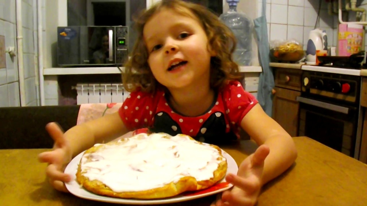 Ребенок с пирогом фото