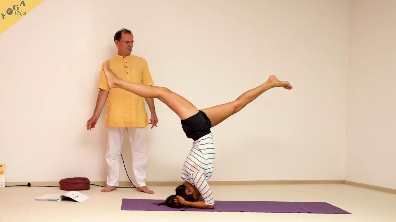Spagat im Kopfstand - Yoga Asanalexikon - YouTube