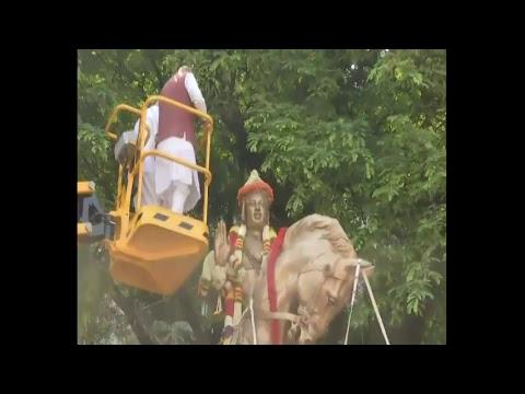 Shri Amit Shah garlanding statue of Lord Basaveshwara in Bengaluru.